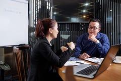 Homme d'affaires écoutant des idées de collègue image libre de droits