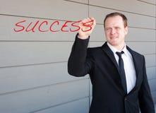 Homme d'affaires écrivant la réussite de mot sur l'écran Photo libre de droits