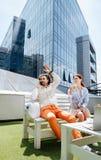 Homme d'affaires élégant riche ondulant son ami s'asseyant en café Photo libre de droits