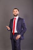 Homme d'affaires élégant sur un fond foncé Images stock