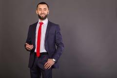 Homme d'affaires élégant sur un fond foncé Photos libres de droits