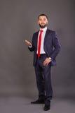 Homme d'affaires élégant sur un fond foncé Photos stock