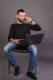 Homme d'affaires élégant sur un fond foncé Image libre de droits