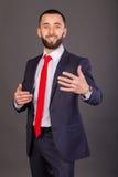 Homme d'affaires élégant sur un fond foncé Photographie stock libre de droits