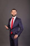 Homme d'affaires élégant sur un fond foncé Photographie stock
