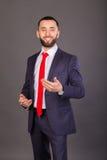 Homme d'affaires élégant sur un fond foncé Image stock