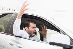 Homme d'affaires éprouvant la rage de route photos libres de droits
