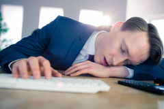 Homme d'affaires épuisé dormant à son bureau Photographie stock libre de droits