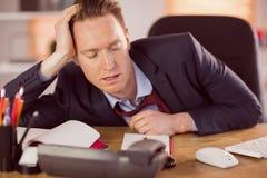 Homme d'affaires épuisé dormant à son bureau photographie stock