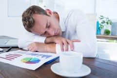 Homme d'affaires épuisé dormant sur le bureau image libre de droits
