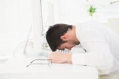 Homme d'affaires épuisé faisant une sieste sur le clavier image libre de droits