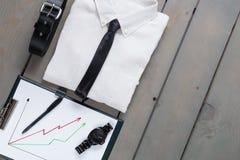 Homme d'affaires, équipement de travail sur le fond en bois gris Chemise blanche avec le lien noir, ceinture, planchette De nouve Images libres de droits