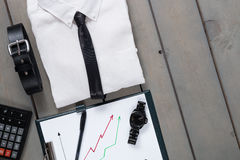 Homme d'affaires, équipement de travail sur le fond en bois gris Chemise blanche avec le lien noir, la montre, la ceinture, le pl Image libre de droits