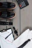 Homme d'affaires, équipement de travail sur le fond en bois gris Chemise blanche avec le lien noir, montre, ceinture, chaussures  Image stock