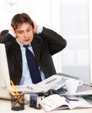 Homme d'affaires étant surchargé avec des chargements de travail images stock