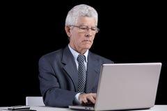 Homme d'affaires aîné au bureau Photo stock