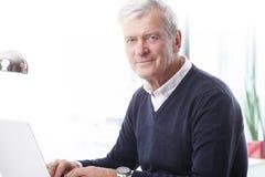 Homme d'affaires aîné avec l'ordinateur portatif Images libres de droits