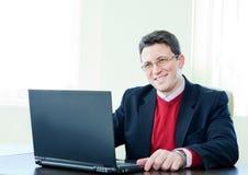 Homme d'affaires aîné avec le cahier Photographie stock libre de droits