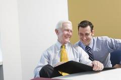 Homme d'affaires aîné consultant le personnel. Photographie stock libre de droits