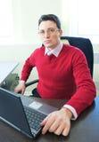 Homme d'affaires aîné dans l'intérieur de bureau Image stock