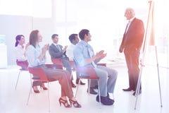 Homme d'affaires aîné donnant une conférence Image stock