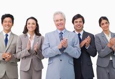 Homme d'affaires aîné et ses applaudissements d'équipe Photos stock