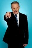 Homme d'affaires aîné fâché dirigeant le doigt à vous Photographie stock