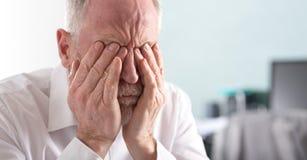 Homme d'affaires aîné fatigué Photographie stock libre de droits
