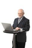 Homme d'affaires aîné heureux utilisant l'ordinateur Photographie stock