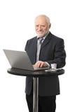 Homme d'affaires aîné heureux utilisant l'ordinateur Photos stock