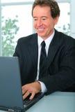 Homme d'affaires aîné heureux utilisant l'ordinateur Images libres de droits
