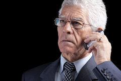 Homme d'affaires aîné parlant au portable Photographie stock