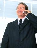 Homme d'affaires aîné parlant au téléphone Image libre de droits