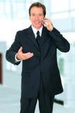 Homme d'affaires aîné parlant au téléphone Image stock