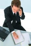 Homme d'affaires aîné prenant une note Image libre de droits