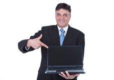 Homme d'affaires aîné se dirigeant à l'ordinateur portatif Images libres de droits
