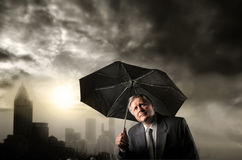 Homme d'affaires aîné sous la pluie Photo stock