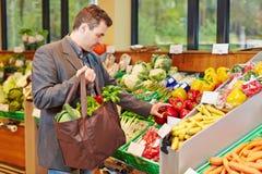 Homme d'affaires achetant les légumes frais photos libres de droits