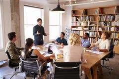 Homme d'affaires Addressing Team Meeting Around Table image libre de droits