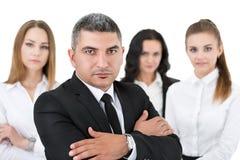 Homme d'affaires adulte se tenant devant ses collègues Photos libres de droits