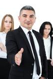 Homme d'affaires adulte se tenant devant ses collègues Photo libre de droits