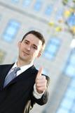 Homme d'affaires affichant des pouces vers le haut Photos stock