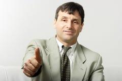 Homme d'affaires affichant l'allright Photo stock