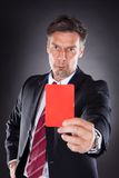 Homme d'affaires affichant la carte rouge Image stock