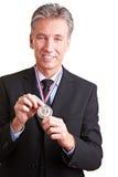 Homme d'affaires affichant la médaille d'argent Photographie stock