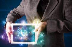 Homme d'affaires affichant la technologie sociale de mise en réseau avec l coloré Images stock