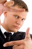 Homme d'affaires affichant le geste de main de encadrement Photo stock