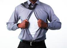 Homme d'affaires affichant le T-shirt sous son procès photographie stock