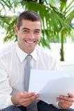 Homme d'affaires affichant quelques documents Image stock