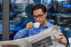 Homme d'affaires affichant un journal tout en buvant du caf Concept de l'information de Working Reading Newspaper d'homme d'affai photo stock